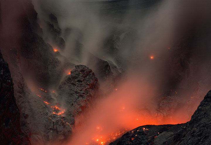 Dust and ash hovering in the crater bowl after the eruption in the previous image. (Photo: Tom Pfeiffer)