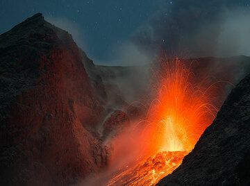 Weaker strombolian eruption following a stronger one, which left much dust and ash still suspended in the crater area. (Photo: Tom Pfeiffer)