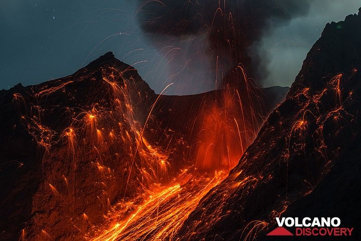 Rising ash plume at the end of a stronger eruption. (Photo: Tom Pfeiffer)