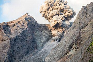 Evening eruption at Batu Tara (Photo: Tom Pfeiffer)