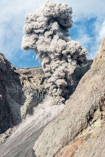 Eruption plume (2) (Photo: Tom Pfeiffer)