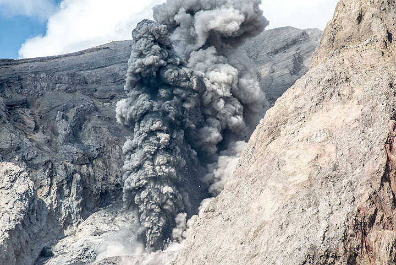Ash-rich eruption (Photo: Tom Pfeiffer)