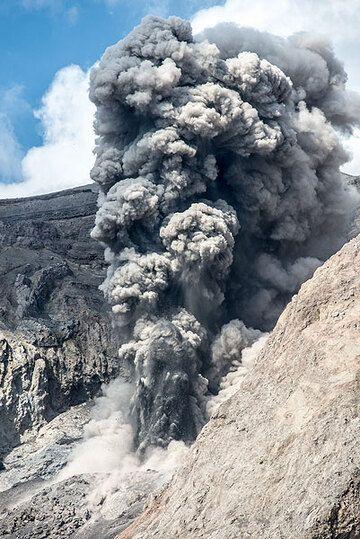 Eruption plume (3) (Photo: Tom Pfeiffer)