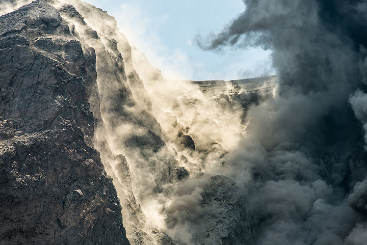 An eruption bombards the southern crater wall with impacts, which remains shrouded in dust for a while. (Photo: Tom Pfeiffer)
