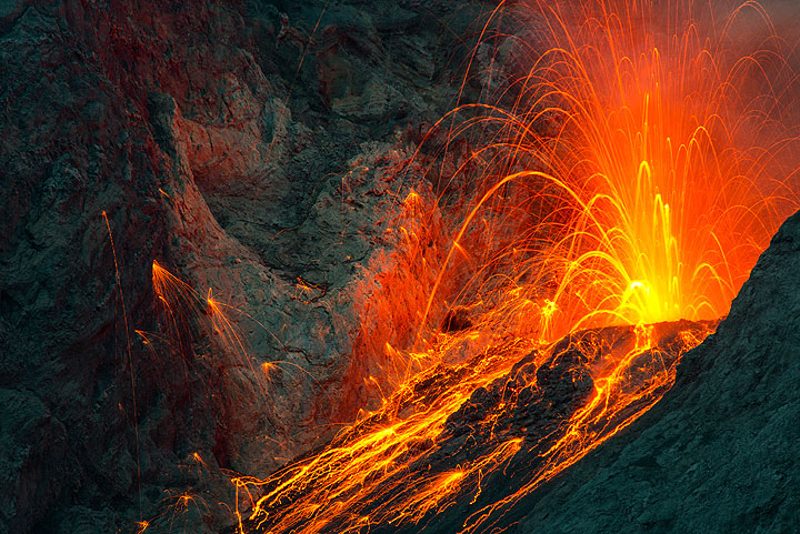 Zoom onto the crater during a strombolian eruption at night. (Photo: Tom Pfeiffer)
