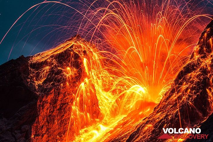 Zoom onto the same eruption as in the previous picture. Thousands of incandescent lava bombs hit the inner crater wall. (Photo: Tom Pfeiffer)