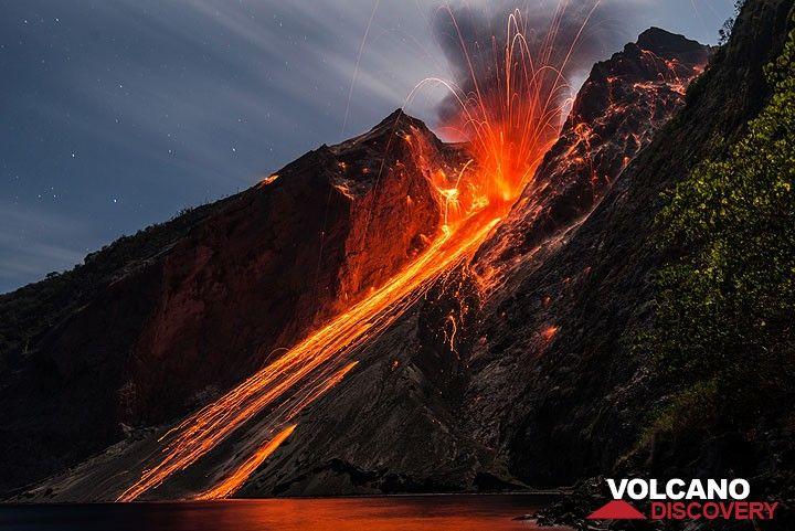 Strong eruption with reflection on the sea. Note the bomb hitting the sciara (scree slope) near the shore. (Photo: Tom Pfeiffer)