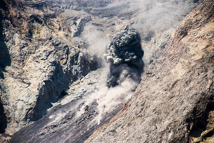 Small explosion from the crater (Photo: Tom Pfeiffer)