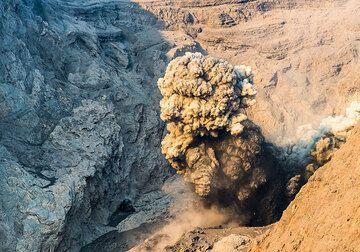 Eruption in the morning light (Photo: Tom Pfeiffer)