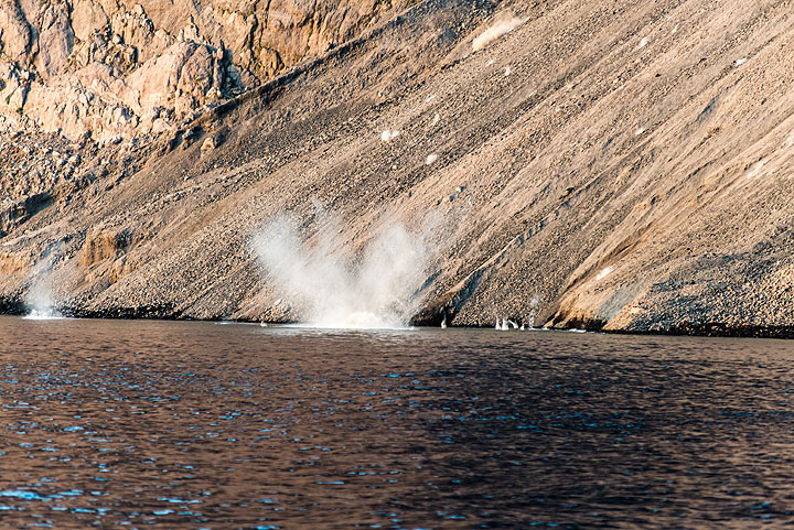 Bombs from a large explosion are hitting the water. (Photo: Tom Pfeiffer)