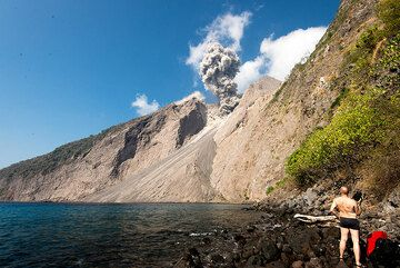 View of an eruption from our campsite (Photo: Tom Pfeiffer)