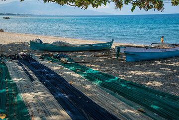 Flores beach with fishing nets near Maumere. (Photo: Tom Pfeiffer)