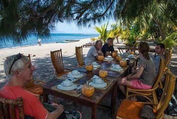 Lunch break on Flores on the way to Larantuka (Photo: Tom Pfeiffer)