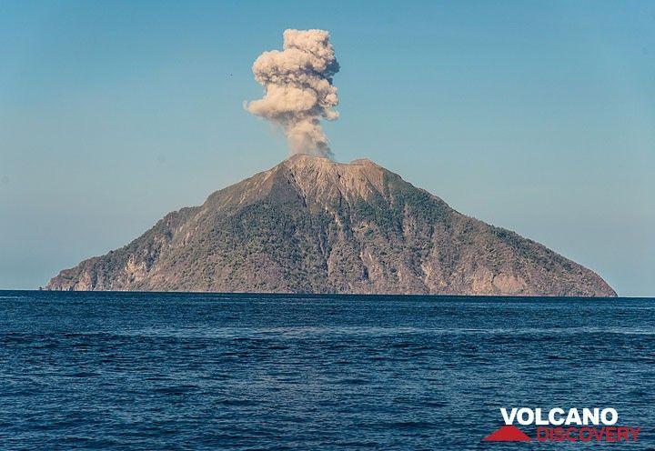 Ash plume from Batu Tara during approaching Komba island on 23 Nov 2015. (Photo: Tom Pfeiffer)