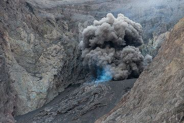 Typical small eruption. (Photo: Tom Pfeiffer)