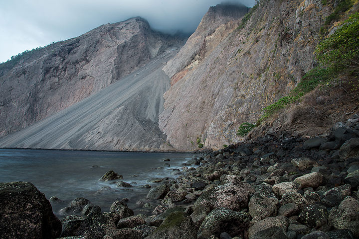 Morning view with some fog above the crater. (Photo: Tom Pfeiffer)