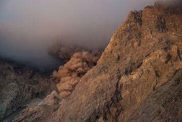 Ash plume in morning light. (Photo: Tom Pfeiffer)