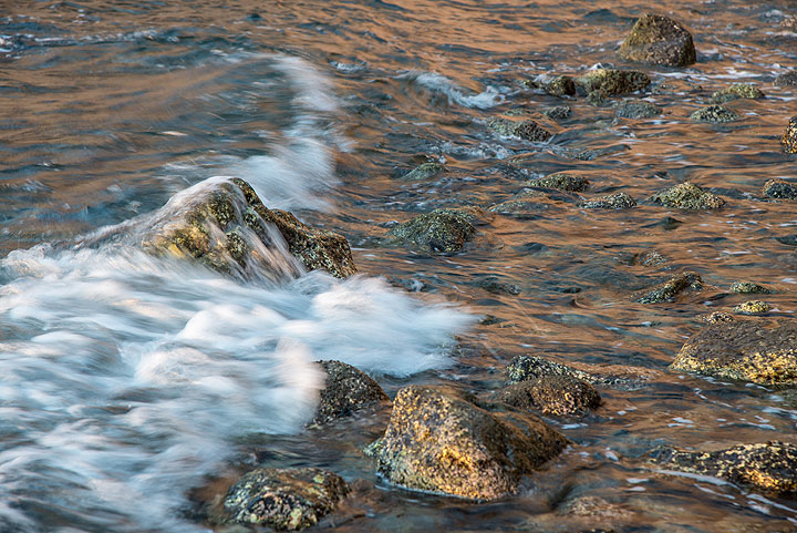 Waves over boulders at low tide. (Photo: Tom Pfeiffer)