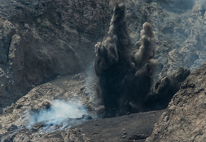 Tephra jets ejected from an explosion. (Photo: Tom Pfeiffer)
