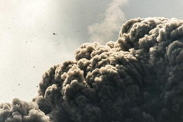 Hundreds of ballistic projectiles fly ahead of thee rising ash plume. (Photo: Tom Pfeiffer)