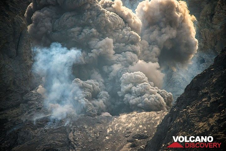 Ash plumes inside the crater. (Photo: Tom Pfeiffer)