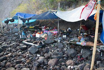 The camp on the narrow beach. (Photo: Tom Pfeiffer)