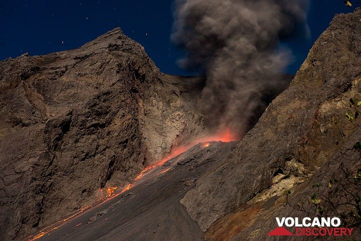 The smaller eruptions only sent few bombs onto the slope. (Photo: Tom Pfeiffer)