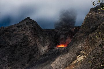 Small eruption under a moon-lit sky (Photo: Tom Pfeiffer)