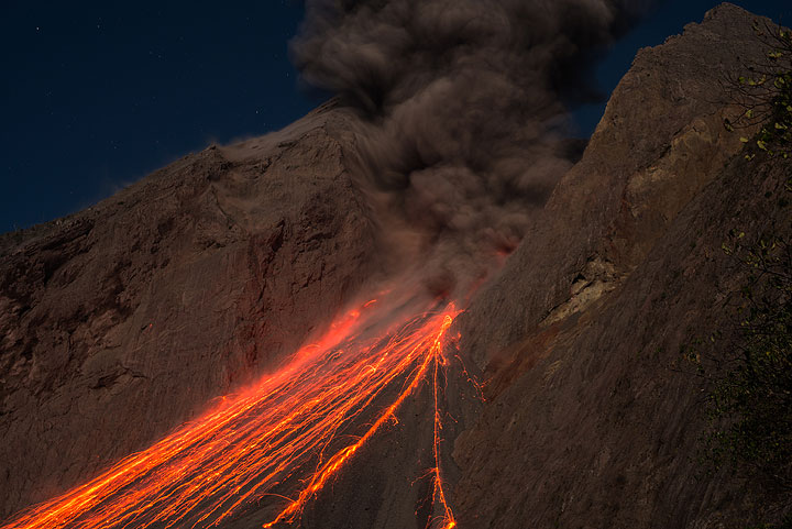 Glowing trails on the sciara in the evening after an eruption. (Photo: Tom Pfeiffer)