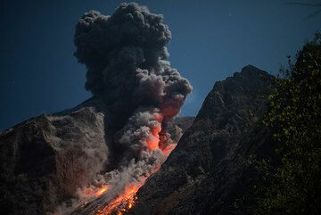 Rising ash plume after the initial eruption. (Photo: Tom Pfeiffer)