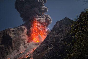 Bomb-rich vulcanian explosion at night. (Photo: Tom Pfeiffer)