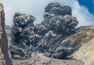 Batu Tara volcano Nov 2015: vulcanian explosions (Photo: Tom Pfeiffer)