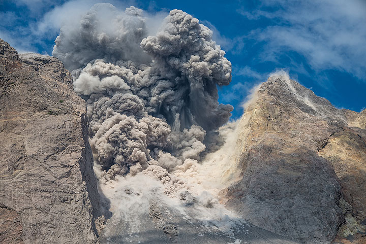 Ash plume starting to rise from explosion. (Photo: Tom Pfeiffer)