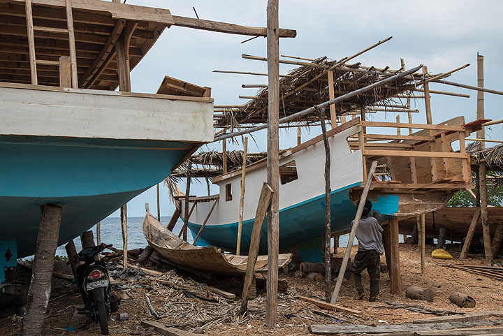Visiting a wharf where traditional fishing boats are being built. (Photo: Tom Pfeiffer)