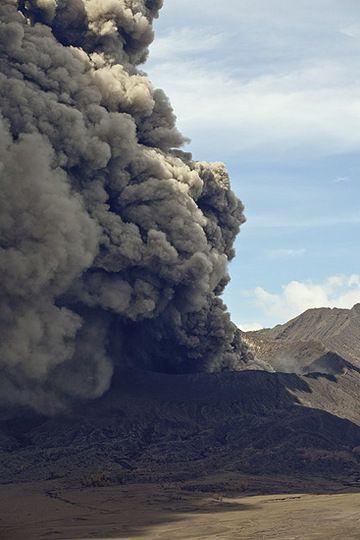 Ash eruption at Mt Bromo volcano (Photo: Tom Pfeiffer)