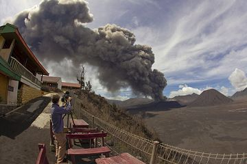 The ash plume seen from the rim of the caldera. (Photo: Tom Pfeiffer)