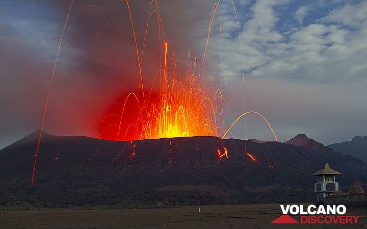Eine leistungsstarke vulkanianische-type Explosion erschüttert den Boden. Viele Glühlampen Bomben sind viele hundert Meter in den Nachthimmel, und viele von ihnen landen außerhalb des Kraters geworfen. Beachten Sie, dass die meisten Blöcke tatsächlich leuchtet nicht, was einen weiteren Ansatz zur Bromo ziemlich gefährlich. (Photo: Tom Pfeiffer)