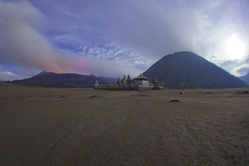 Bromo und der Hindu-Tempel zu seinen Füßen in einer mondhellen Nacht. Jorge hat seine Kamera für den nächsten Ausbruch gesetzt. (Photo: Tom Pfeiffer)