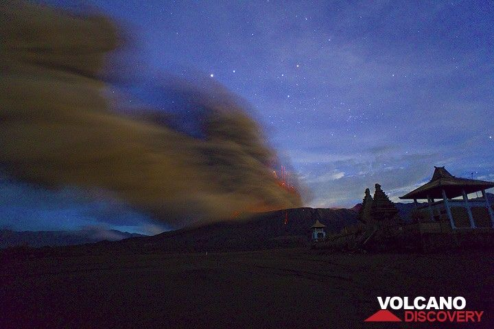 The ash plume at night with the silhouette of the Hindu temple in the foreground. (Photo: Tom Pfeiffer)