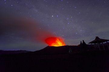 Der Mond ist untergegangen und die Nacht wird wieder dunkel ... Bromo ausbrechenden gegen einen Sternenhimmel. (Photo: Tom Pfeiffer)