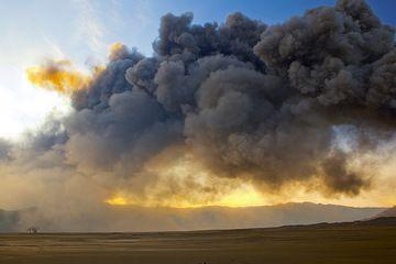 The ash plume is drifting towards the caldera rim in the E. (Photo: Tom Pfeiffer)