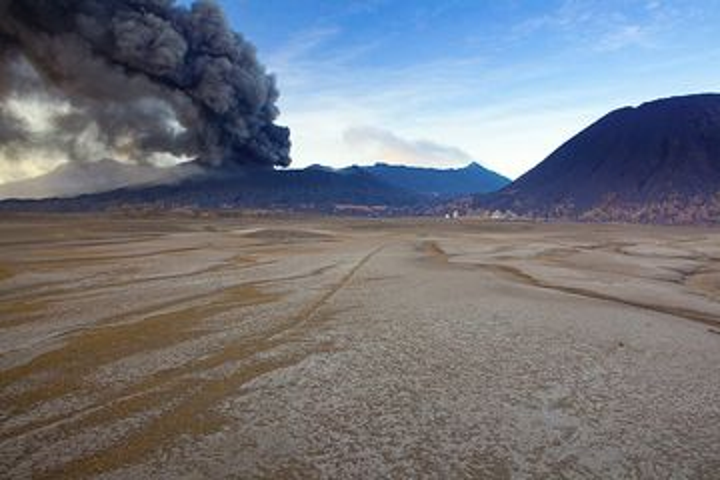 Erupting Bromo volcano at dawn of 17 Feb 2011 (Photo: Tom Pfeiffer)