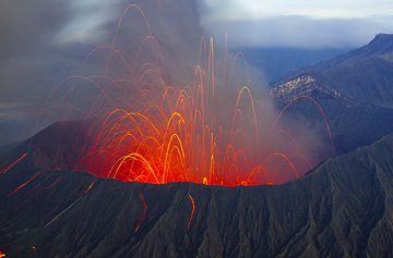 Heftige strombolianische Eruption in der Nacht, werfen viele Bomben auf die äußere Flanke, einige schlagen die Treppe hinauf zum Krater. (Photo: Tom Pfeiffer)