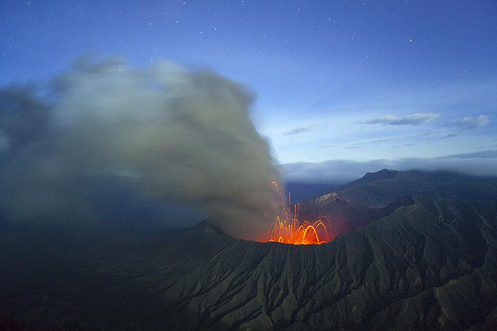 Panoramablick über Bromo Vulkan in strombolianische Aktivität in der Nacht. Die Aschewolke driftet gen Osten. (Photo: Tom Pfeiffer)
