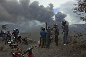 The eruption has become a tourist attraction amongst locals. (Photo: Tom Pfeiffer)