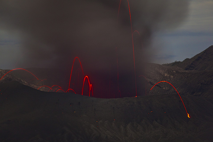 A stronger strombolian eruption throws bombs to considerable height above the crater, but most of the bombs are hidden in the dense black ash, and only some of them are glowing. (Photo: Tom Pfeiffer)