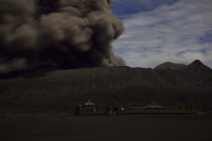 Dense ash plume leaving Bromo's crater. In this case, there was no sound. Some eruptions produced dense, billowing ash clouds without any sound, in successions lasting up to half an hour. (Photo: Tom Pfeiffer)