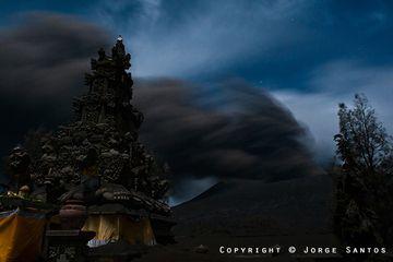 Eruption of Bromo volcano behind the Hindu temple (Photo: Jorge Santos)