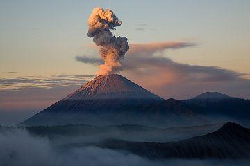 Erupción de ceniza en el Semeru en luz temprana (Photo: Tom Pfeiffer)
