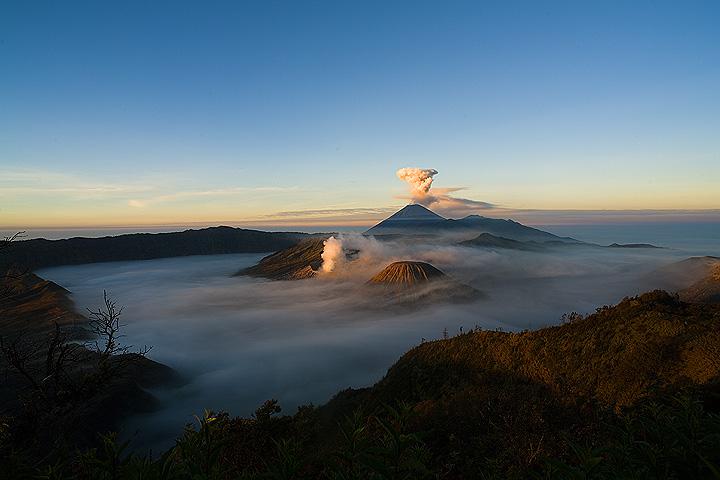 Sunlight reaching the peaks over the Tengger caldera (c)